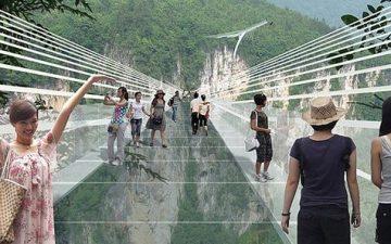 Самый длинный в мире стеклянный мост планируется открыть в Китае в следующем году