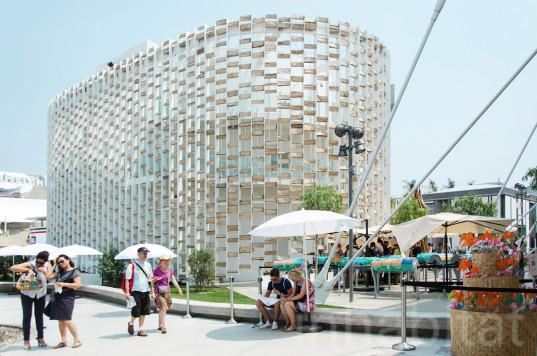 Павильон с солнцезащитным экраном из бревен был представлен на выставке Milan Expo