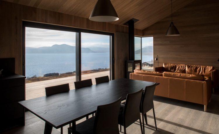 Внутри расположена гостиная с кухней и столовой