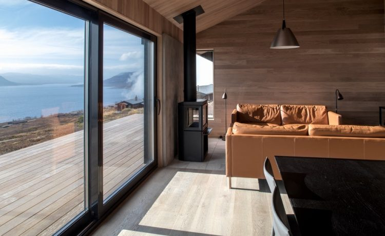 Застекленные передние части дома обеспечивают прекрасный вид на норвежское озеро