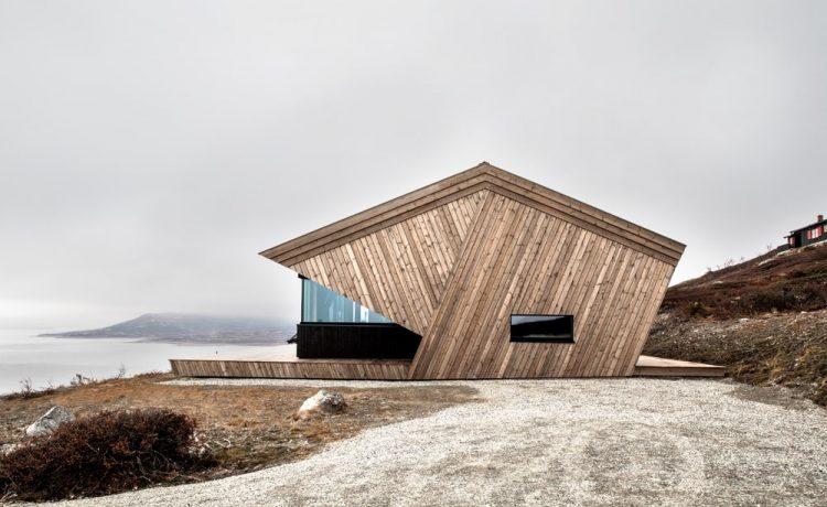 дом с капюшоном расположен на вершине горы в Норвегии и имеет размеры 73 кв. М (785 кв. Футов)