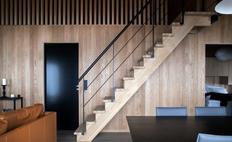 Лестница в гостиной ведет на чердак, в котором могут разместиться до восьми человек