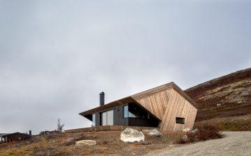 Горный домик с «капюшоном» надежно защитит от непогоды