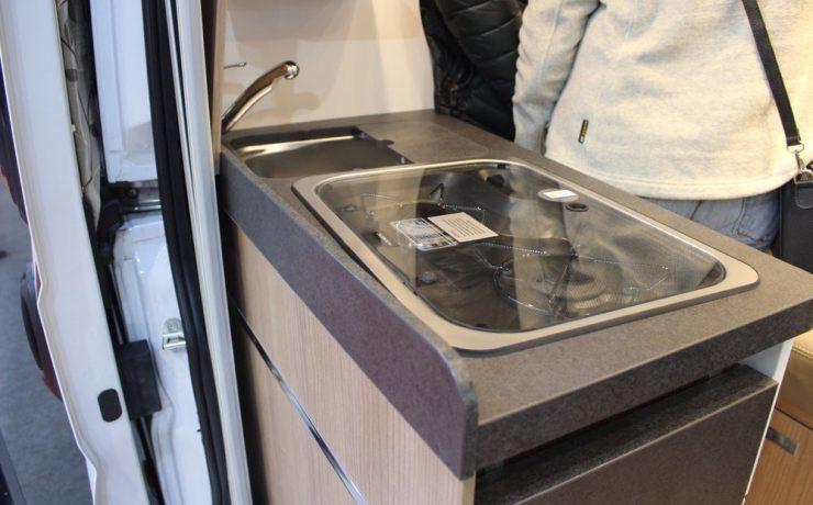 Компактная кухонная плиту с двумя конфорками и холодильником в Charming GT