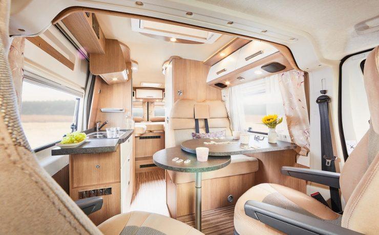 На этой фотографии фургона «Малибу» показано обычное разделение между кабиной водителя и домиком для кемперов
