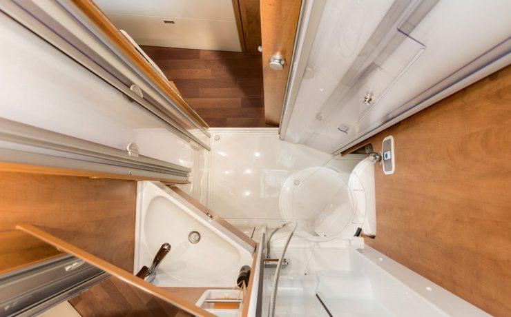 Гибкая ванная комната 3-в-1 включает в себя поворотный унитаз и откидную душевую дверь