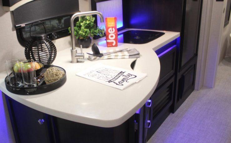 Кухонная зона с просторной стойкой