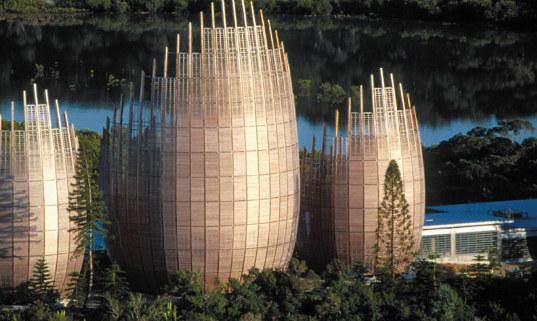 Культурный центр Jean-Marie Tjibaou от Рензо Пиано органично вписывается в местную архитектуру