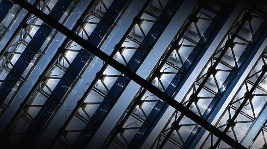 Стеклянная крыша собирает солнечную энергию и уменьшает тепловую нагрузку на здание
