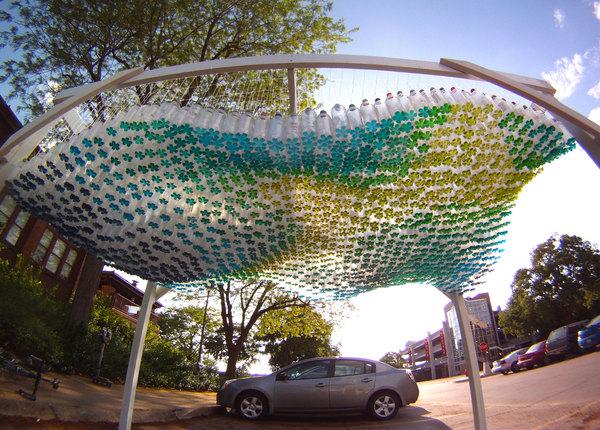 Красочный автонавес сделан из переработанных пластиковых бутылок