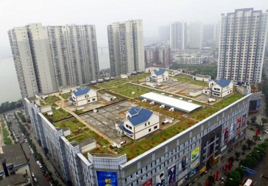 На зеленой крыше торгового центра в Китае построены 4 здания