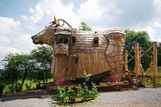 В Бельгии открылся фантастический отель, похожий на троянского коня