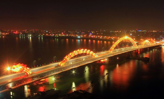 Во Вьетнаме построен крупнейший в мире мост в форме дракона, и он извергает огонь!