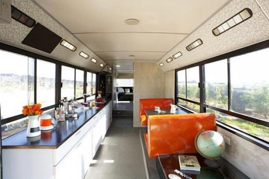 Старый городской автобус превратился в доступное жилье