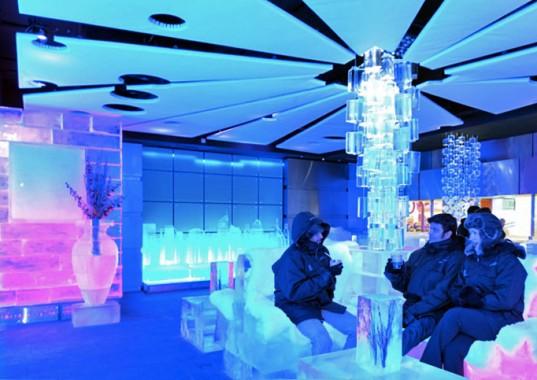 В пустыне в Дубаях построено ледяное кафе
