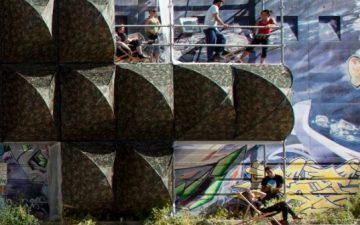В Марселе построен вертикальный городской палаточный лагерь для бездомных