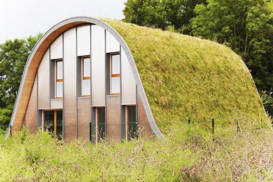 Новый дом с зеленой крышей во Франции меняет цвет в зависимости от сезона