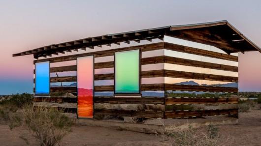 Художник реконструировал дом, который теперь меняет цвет подобно хамелеону