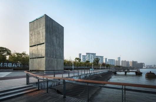 Atelier FCJZ реализовала концепт вертикального стеклянного дома.
