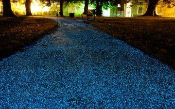 Светоизлучающее покрытие-спрей Starpath ночью освещает путь