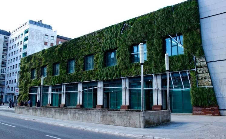 Вертикальный сад на Дворце Съездов в Испании улучшаеит теплоизоляцию здания