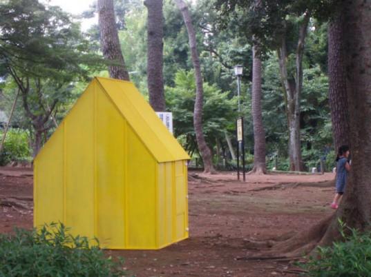 Японцы разработали деревянный стол, раскладывающийся в дом в случае стихийного бедствия