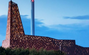 В Дании построена удивительная башня-маяк, которая производит электричество из мусора