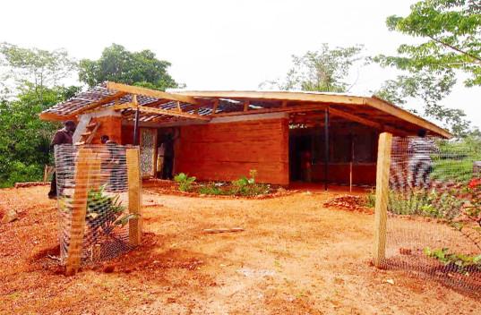 Nkabom - новый дом из саманного кирпича и переработанного пластика