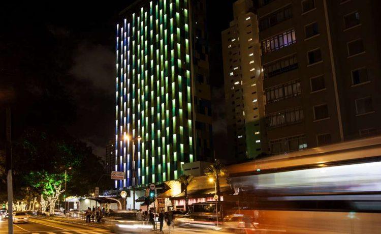 Новый светодиодный фасад отеля в Сан-Паулу реагирует на уличный шум и загрязнение