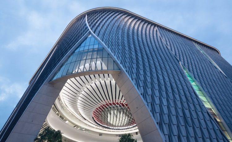Изогнутый алюминиевый фасад украшает новый китайский театр в Гонконге