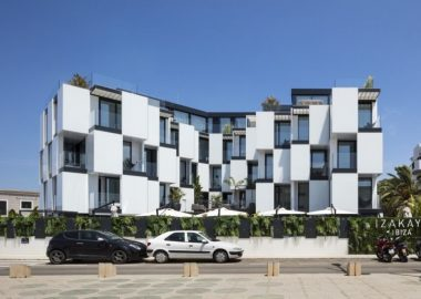 Новый отель на Ибице с фасадом в виде шахматной доски.