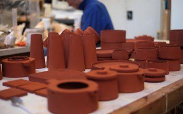 Дизайнеры перерабатывают отходы производства алюминия в функциональный керамический декор