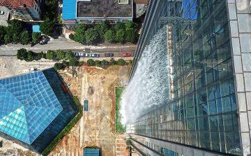 Восемь интересных зданий с водопадами