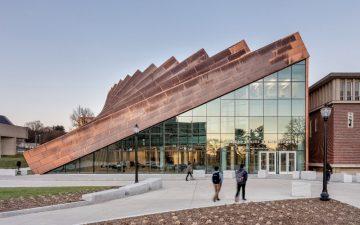 Новый яркий фасад с эффектом «падающего домино» для бизнес-школы в Амхерсте