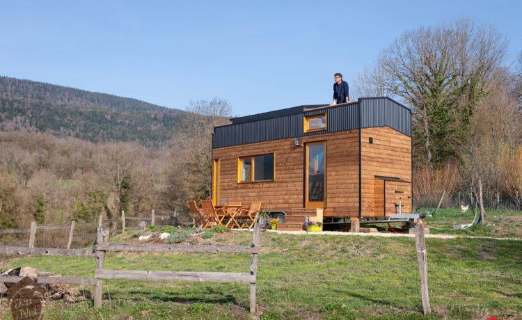 Компактный мини-дом с раздвижной крышей – идеальный вариант для отдыха на природе