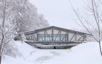 Этот дом на реке готов противостоять суровым погодным условиям в России