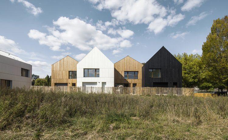 Экологичные сборные дома для социального жилья построены из дерева и соломы