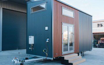 Вместительный мини-дом на колесах от компании Build Tiny