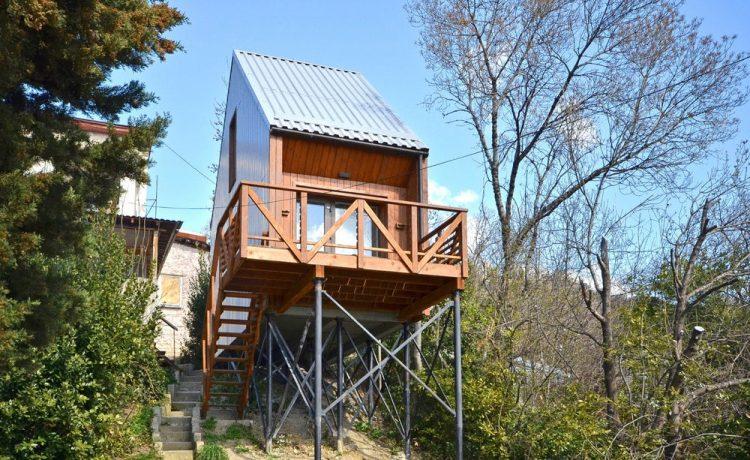 Гибкий сборный мини-дом с соломенными стенами построен в Крыму