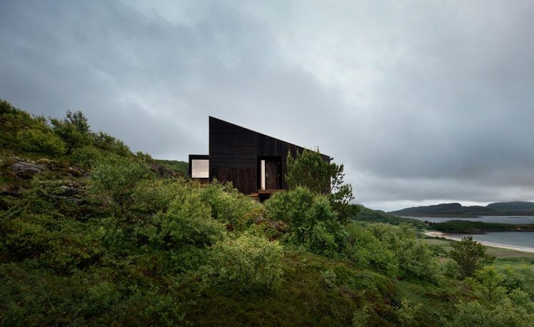Семейный дом для круглогодичного проживания на склоне норвежского острова