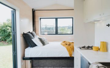 Компактный мини-дом для четырех человек с инновационной опускающейся кроватью
