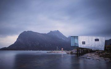 Эко-курорт на отдаленном норвежском острове пополнился новыми домиками на сваях