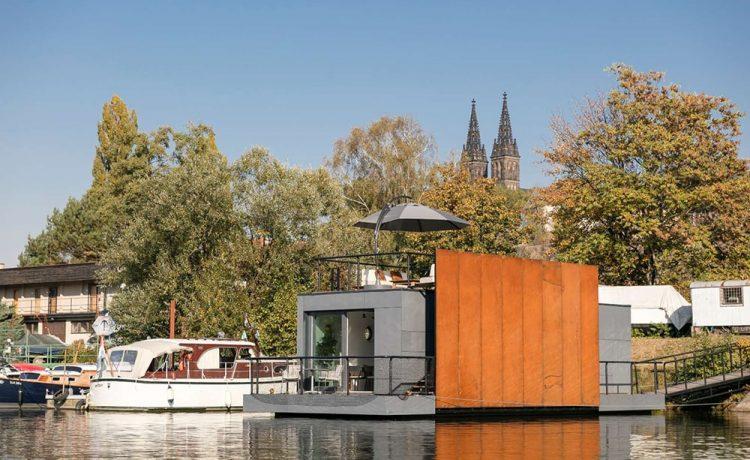 Сборный плавучий дом в Праге имеет просторную гостиную на крыше