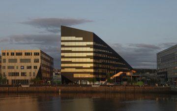 Энергоэффективное здание в Норвегии производит вдвое больше электроэнергии, чем использует