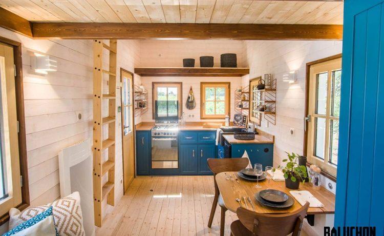 Миниатюрный дом Solaris с просторной гостиной и кухней