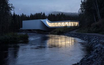 «Скрученный» музей от BIG соединяет два берега реки в Норвегии