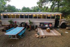 Переоборудованный школьный автобус стал местом для глэмпинга