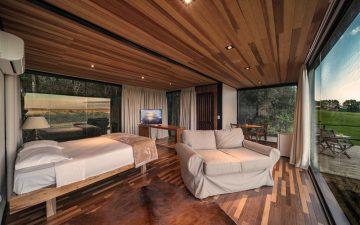 Отель-люкс в транспортном контейнере воспарил над бразильским ландшафтом