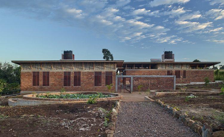 Автономный детский центр в Танзании собирает воду, как африканский баобаб