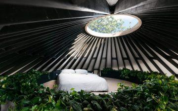 Современная жилая юрта с окном-люком в крыше и всеми удобствами
